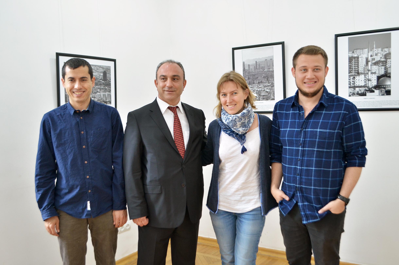 Куратор выставки Катерина Радченко и гости из Турции