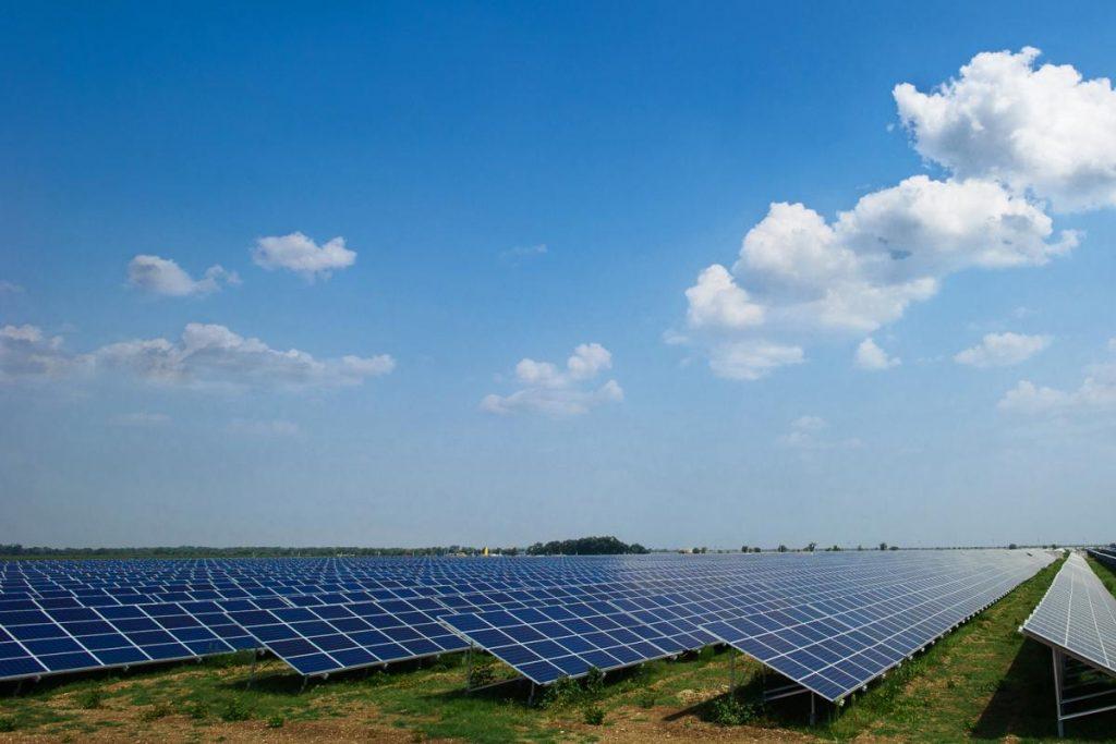 Вид на электростанцию, которая вырабатывает электроэнергию экологически чистым способом