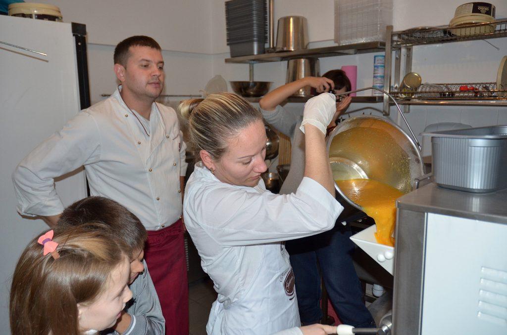 Так делают итальянское мороженное. Измельченные фрукты заливают во фризер